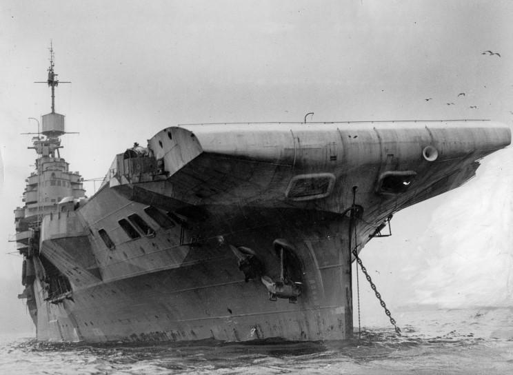 Файл:October 26, 1949  HMS Illustrious at anchor, location unknown.jpg