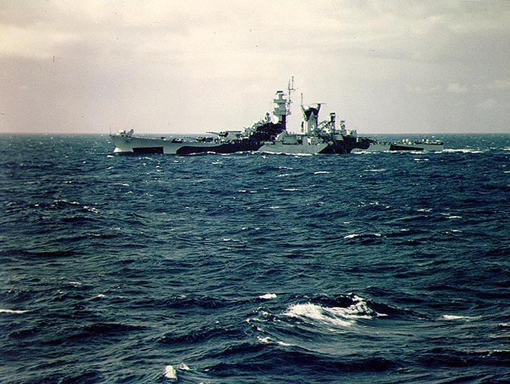 Файл:USS Alaska from USS Missouri off the US east shakedown cruise August 1944 32 camouflage.jpg