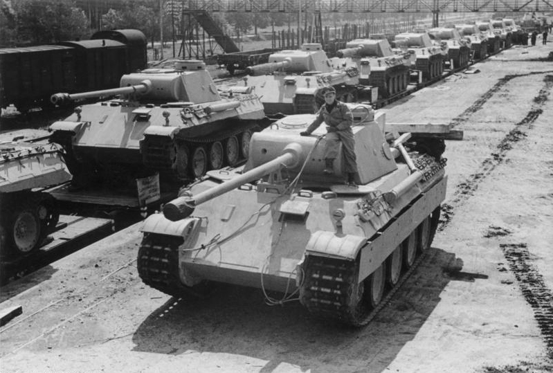 Archivo:Panther Ausf. D tanks, 1943. The D model can best be recognized by the drum cupola.jpg