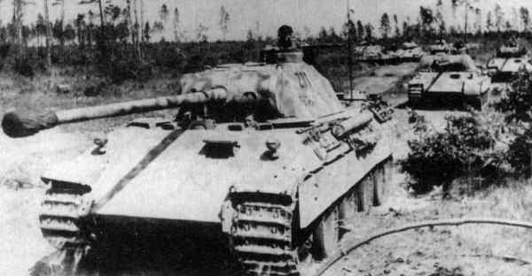 Archivo:Panther Martching at Kursk.jpg