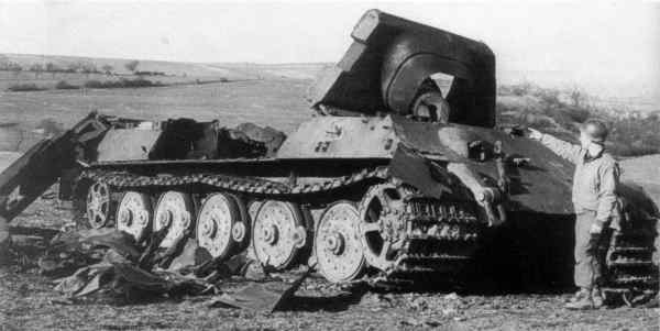 Datei:Jagdtiger, destroyed by his own crew at the battle of Ruhn.jpg