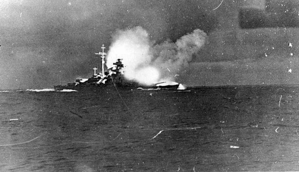 Файл:Bismarck-firing-on-Hood1-595x343.jpg