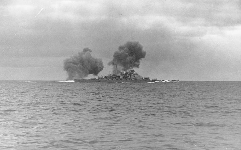 Файл:Bismark firing at HMS Hood.jpeg