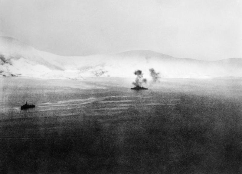 File:HMS Warspite ведет огонь по немецким батареям под Нарвиком - 1940 г.jpg