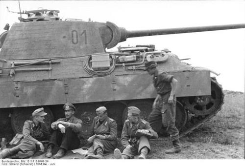 File:Oberst Willi Langkeit with his crew in front of his Panther tank.jpg