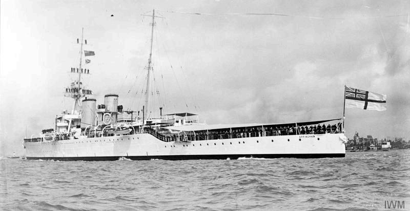 Файл:HMS Effingham flying paying-off pennant in September 1932.png