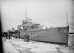 HMS_Vega_(1917)_IWM_SP_676.jpg