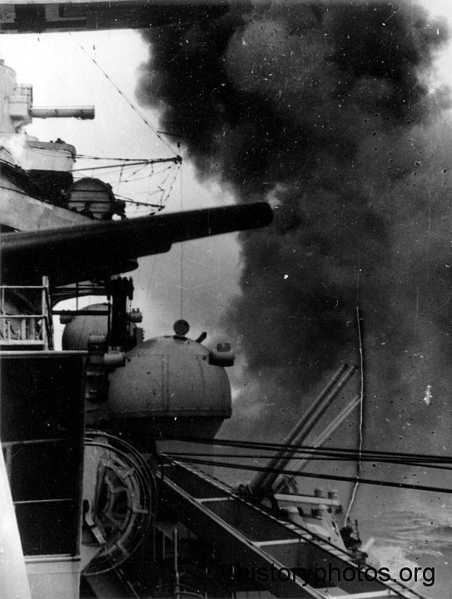 Файл:Scharnhorst 1940 залп.png