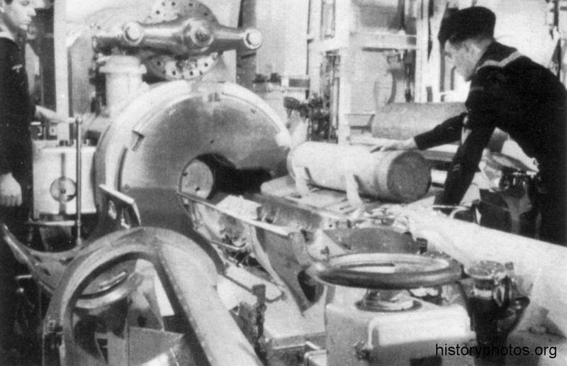 Файл:Scharnhorst 1939 заряжание.png