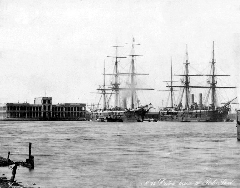 Файл:Triumpha7 and  HMS Sultan right in Port Said.jpg