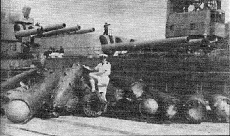Файл:Выгруженные на пирс в Гибралтаре поврежденные взрывом корпуса и боевые части торпед.png