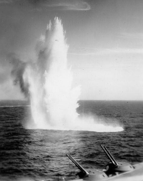 Файл:January 10, 1941 Bomb splash near HMS Illustrious.jpg