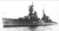 Учебный_крейсер_«Комсомолец»_на_рейде_Лиепаи_в_1969_году.jpg