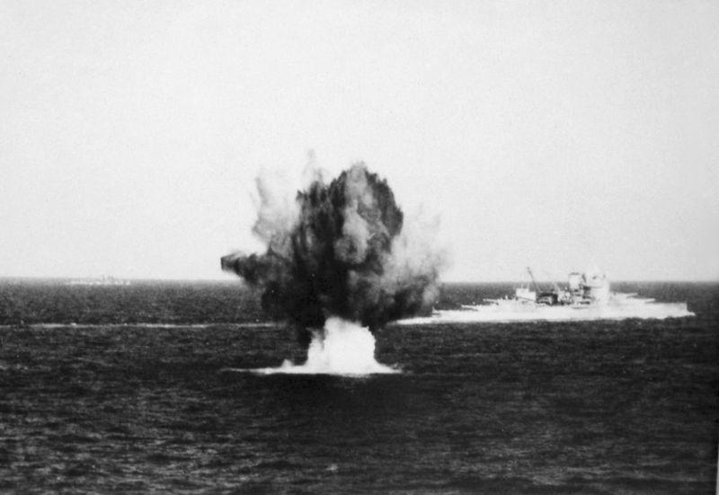 File:HMS Warspite в Средиземном море под огнем противника - 1941 г.JPG
