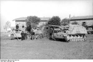 Nashorn_in_Italy,_AprilMay_1944.jpg