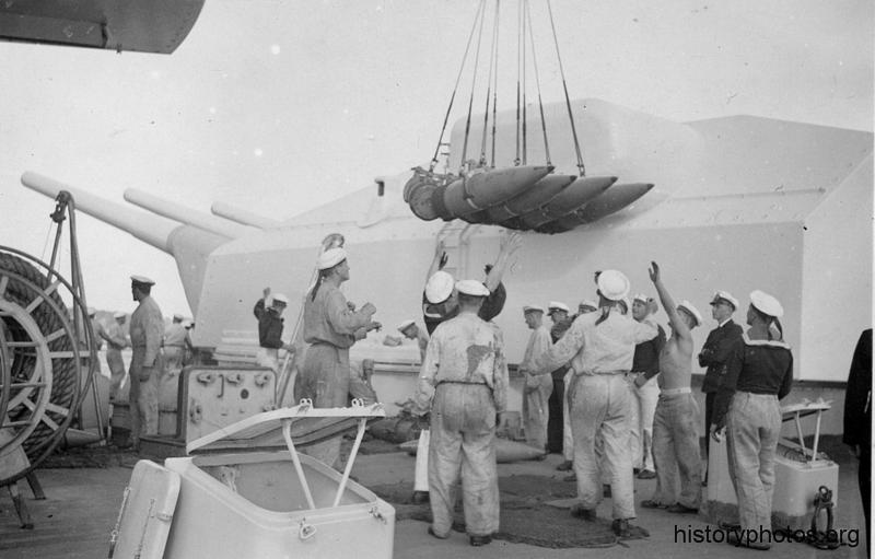 Файл:Scharnhorst погрузка снарядов ГК.png