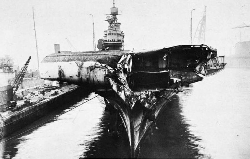 Файл:HMS Illustrious after collision with Formidable 01 1942.jpg
