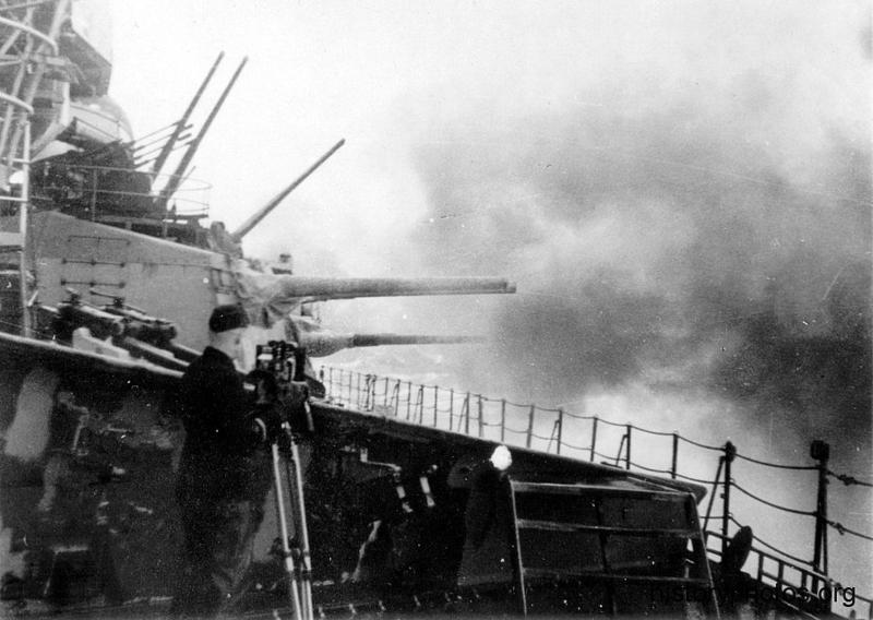 Файл:Scharnhorst 1942 в дымах.png
