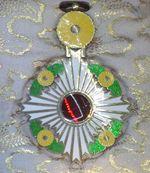 Order_of_the_Chrysanthemum_badge_(Japan_1900)_-_Tallinn_Museum_of_Orders.jpg