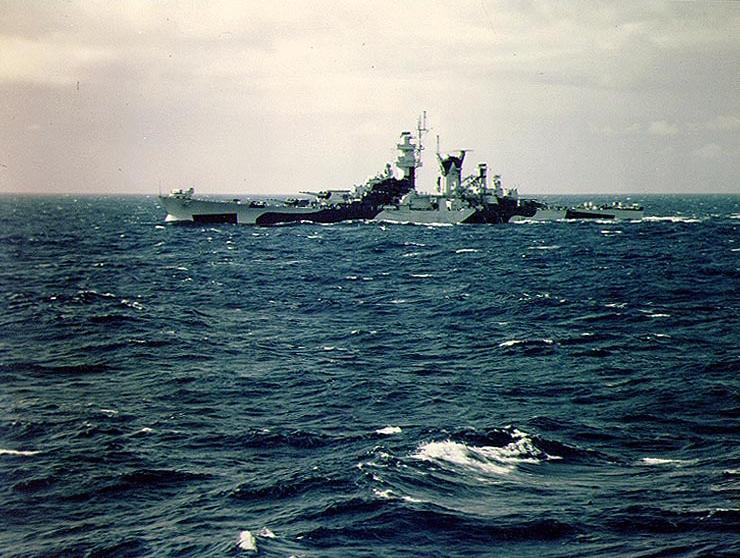Файл:USS Alaska from USS Missouri off the US east shakedown cruise August 1944 32 camouflage.jpg