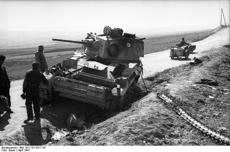Fichier:A British Cruiser Mk II disabled by having lost a track (seen lower right) in Greece, 1941.jpg