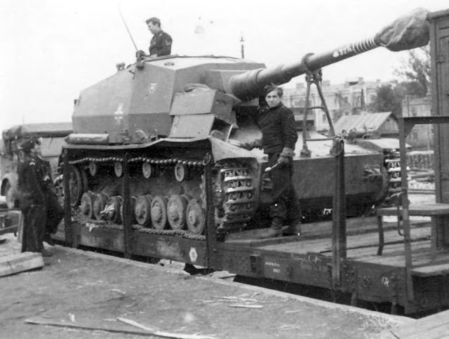 Pz.Sfl.IVa_being_unloaded_in_USSR,_June_1942.jpg