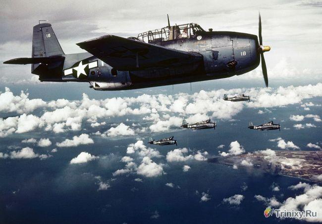 Американские палубные самолеты атакуют оккупированный японцами остров Уэйк, ноябрь 1943 года.