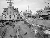 HMS_JAMAICA_дозаправка_с_танкера_(Северная_Атлантика,_сентябрь_1944)_1.jpg