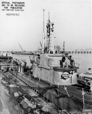 Вид на рубку USS Balao (SS-285) со стороны носа во время модернизации (октябрь 1944)