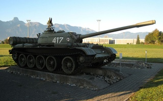 The_T-54,_displeayed_at_the_Panzermuseum_Thun,_can_be_recognized_by_the_dome-shaped_ventilator_on_the_turret_roof,_which_the_T-55_lacks.jpg