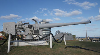 Admiral_Graf_Spee's_15_cm_skc28_cannon_in_Naval_Museum_of_Montevideo.jpeg