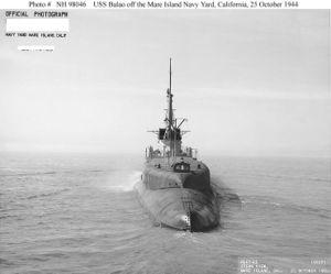 Вид на корму USS Balao (SS-285) во время ходовых испытаний после модернизации (октябрь 1944)