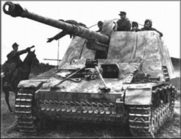 Nashorn,_note_the_commander_taking_notes_from_the_currier.jpg
