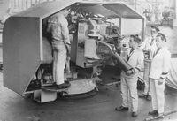 Матросы_заряжают_орудие_130-мм_Mle_1924_года.jpg