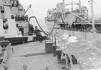 HMS_JAMAICA_дозаправка_с_танкера_(Северная_Атлантика,_сентябрь_1944)_8.jpg