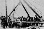 Демонтированный_с_крейсера_Новик_орудийный_ствол_на_пристани.jpg