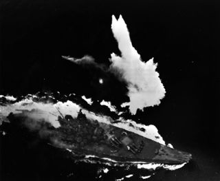 1024px-Japanese_battleship_Yamato_under_attack_in_the_East_China_Sea_on_7_April_1945_(L42-09.06.05).jpg