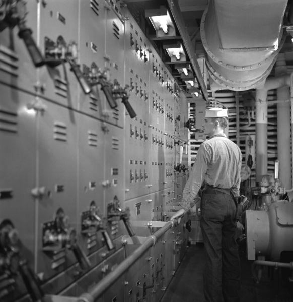 Файл:USS Boxer (CV-21) machinery control 1953.jpeg