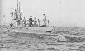 Japanese_submarine_HA-2_in_1921.jpg