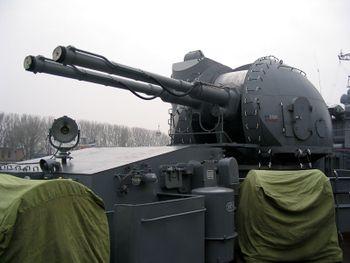 AK-130_on_destroyer_«Nastoychivyy»_in_Baltiysk,_2008_(1).jpg