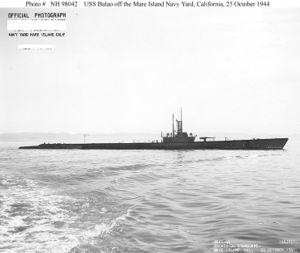 Вид на правый борт USS Balao (SS-285) со стороны кормы во время модернизации (октябрь 1944)