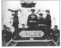 Вручает_крейсеру_Эмден_доску_с_названием_(1933).jpg