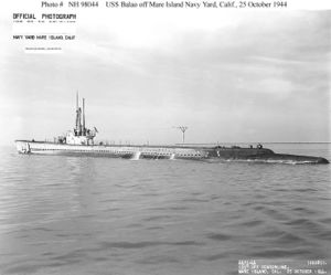Вид на левый бортUSS Balao (SS-285) со стороны кормы во время ходовых испытаний после модернизации (октябрь 1944)