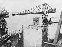 HMS_ROYALIST_входит_в_воду_после_церемонии_спуска_на_воду.jpg